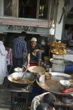 Cena em Nova Deli, curso do mercado de rua à Índia Fotografia de Stock
