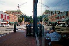 Cena en el centro de la ciudad con los desamparados en la acera fotos de archivo