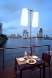 Cena en el restaurante del río fotos de archivo libres de regalías