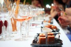 Cena en el restaurante Vino y ensalada bajo la forma de rollos Imagen de archivo libre de regalías