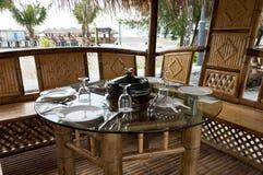 Cena en la choza de bambú en la cara de la playa Imágenes de archivo libres de regalías