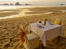 Cena en la playa foto de archivo