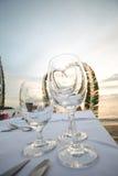 Cena en la playa con el vidrio para la bebida Fotografía de archivo