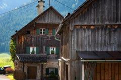 Cena exterior colorida nos cumes austríacos Dia ensolarado na vila de Gosau na montanha de Grosse Bischofsmutze, Áustria do verão Imagens de Stock Royalty Free