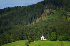 Cena exterior colorida nos cumes austríacos Dia ensolarado na vila de Gosau na montanha de Grosse Bischofsmutze, Áustria do verão Imagem de Stock Royalty Free