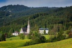 Cena exterior colorida nos cumes austríacos Dia ensolarado na vila de Gosau na montanha de Grosse Bischofsmutze, Áustria do verão Fotografia de Stock Royalty Free
