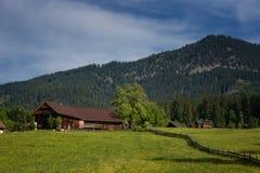 Cena exterior colorida nos cumes austríacos Dia ensolarado na vila de Gosau na montanha de Grosse Bischofsmutze, Áustria do verão Fotos de Stock Royalty Free