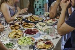 Cena, familia, tabla, banquete, comida, reunión, grupo, comida, partido, gente, celebración, cumpleaños, acción de gracias, la Na Fotografía de archivo libre de regalías