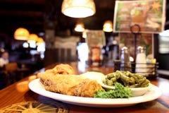 Cena fritta nel grasso bollente del pollo Immagini Stock