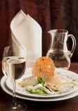Cena gastrónoma con un vidrio de vino blanco Fotografía de archivo