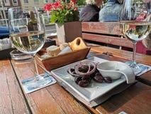Cena griega en la ciudad fotos de archivo