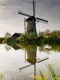 Cena holandesa da exploração agrícola do moinho de vento da cena da exploração agrícola do moinho de vento da paisagem do rio da  fotos de stock