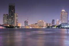 Cena iluminada ao longo de Chao Phraya River na noite Fotografia de Stock Royalty Free