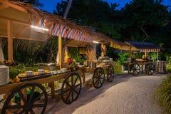Cena internacional de las cocinas al aire libre puesta en el restaurante tropical de la isla imágenes de archivo libres de regalías