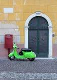 Cena italiana da rua com 'trotinette' Imagem de Stock
