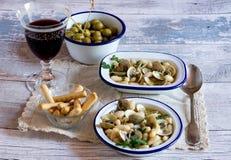 Cena italiana tradicional con el vidrio de vino y de mariscos Imágenes de archivo libres de regalías