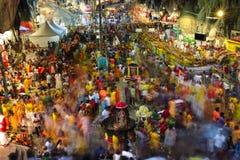 Cena longa da exposição da multidão dentro do templo da caverna de Batu durante o festival de Thaipusam Fotografia de Stock