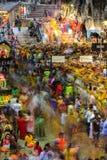 Cena longa da exposição da multidão dentro do templo da caverna de Batu durante o festival de Thaipusam Fotos de Stock