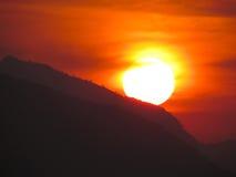 A cena a mais bonita e a mais colorida do por do sol da montanha Fotografia de Stock Royalty Free