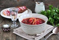 Cena, minestra ucraina dal borsch delle verdure da una tavola di legno Fotografia Stock