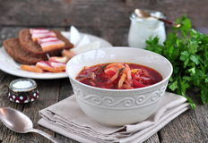 Cena, minestra ucraina dal borsch delle verdure da una tavola di legno Immagini Stock Libere da Diritti