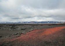 Cena misteriosa: pedras vulcânicas pretas e vermelhas em Askja, montanhas de Islândia, Europa foto de stock