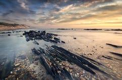 Cena morna da luz, a remota e a selvagem da praia fotografia de stock