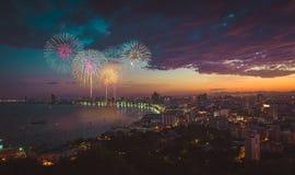 Cena multicolorido da noite dos fogos-de-artifício, cityscap borrado de pattaya da foto imagens de stock