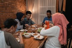Cena musulmán asiática de la familia junto ayuno de la rotura imagen de archivo libre de regalías