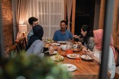 Cena musulm?n asi?tica de la familia junto ayuno de la rotura fotografía de archivo libre de regalías