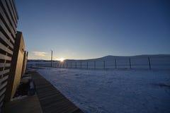 Cena natural da neve do fundo da paisagem do sol do inverno do lago de baikal em Rússia fotografia de stock