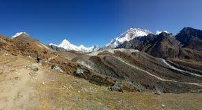 Cena natural nepalesa da área de picos da montanha imagem de stock royalty free