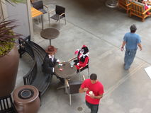 Cena no café da rua atores que tomam a ruptura de café fotografia de stock royalty free