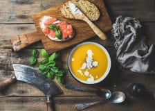 Cena o pranzo con la minestra ed i pani tostati della crema della zucca Fotografie Stock