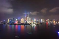 Cena o Rio Huangpu da noite da porcelana de Lujiazui Pudong Puxi shanghai imagens de stock