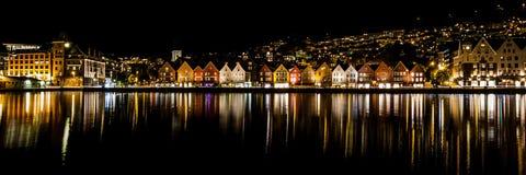 Cena panorâmico da cidade com as casas coloridas na noite imagens de stock