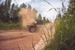 Cena panorâmico do respingo da lama na competência fora de estrada imagens de stock