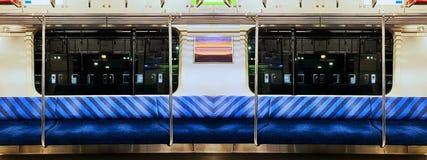 Cena panorâmico do trem de noite com assento azul fotografia de stock