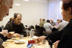 Cena para el eldery en centro social Imagen de archivo