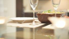Cena per datare Pasta e champagne italiani video d archivio