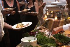 Cena que es servida en una boda Fotografía de archivo libre de regalías