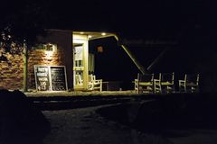 Cena rústica da noite da fachada do restaurante do estilo Foto de Stock Royalty Free