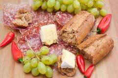 Cena rústica del queso y del pan Imagen de archivo