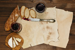 Cena refinada en el fondo de hojas de papel viejas Imagenes de archivo