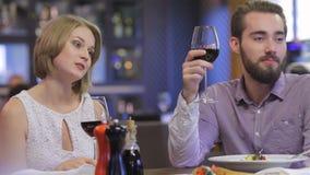 Cena romántica colaborativa en un restaurante almacen de metraje de vídeo