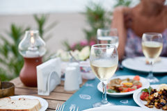 Cena romántica con el vino blanco. Imagen de archivo