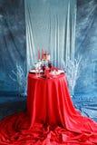 Cena romántica con las velas y los vidrios de champán para el día de tarjetas del día de San Valentín foto de archivo