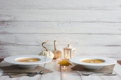 Cena romántica de Halloween con la sopa de la calabaza fotografía de archivo