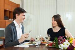 Cena romántica de los pares cariñosos Fotografía de archivo libre de regalías