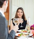 Cena romántica de los pares cariñosos Foto de archivo